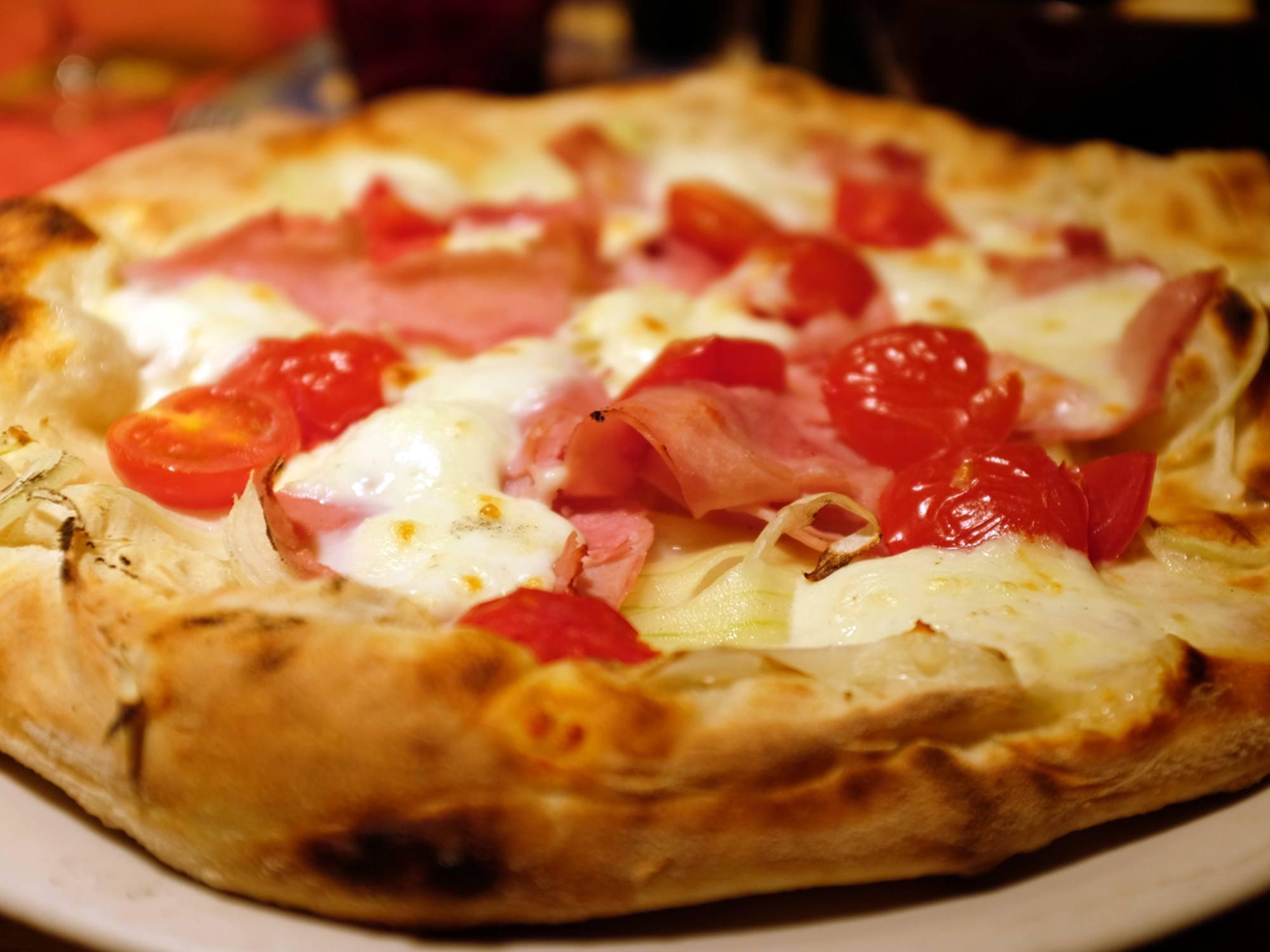 pizza con mozzarella di bufala, pomodorini e cipolla