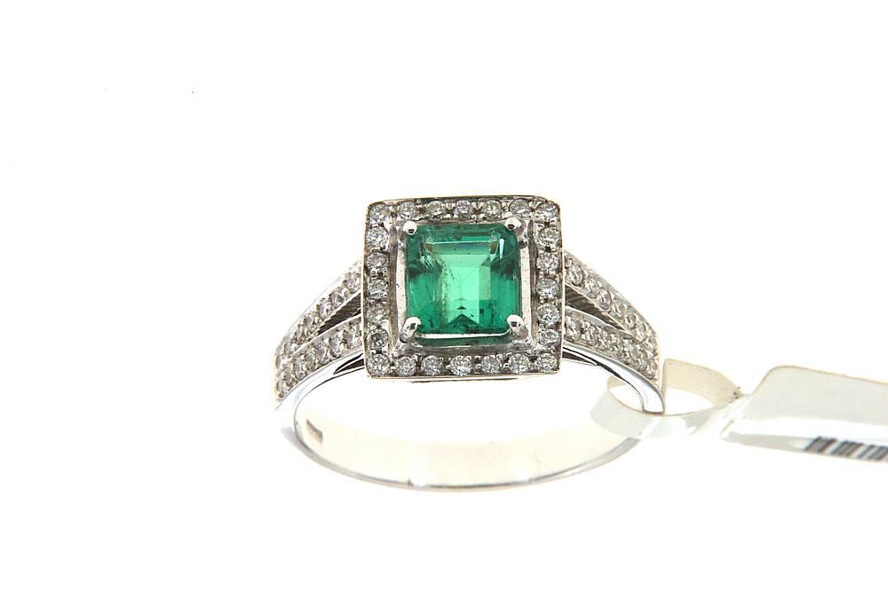 immagine di un anello con smeraldo